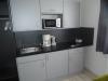 Küchenzeilen mit offenen Schränken im Aparthotel in der Gartenstadt